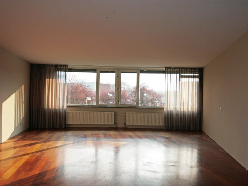 Glasvliesbehang met latex spuitwerk in appartement Utrecht